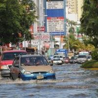 Mar de fondo' alcanza área urbana de Acapulco y desquicia a turistas.