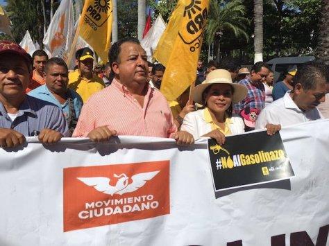 """Durante la protestagritaron y llevaron pancartasen las que se leía """"Fuera Peña"""" y """"Peña entiende el petróleo no se vende""""."""